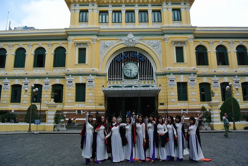 黄色い壁の「サイゴン中央郵便局」