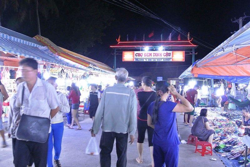 夕方〜夜は夕日とナイトマーケット