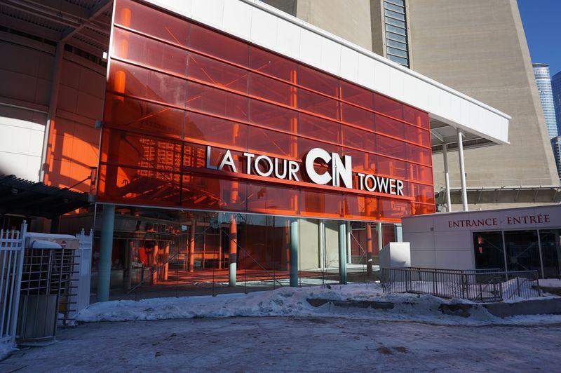 カナダ「CNタワー」で楽しむトロントの景色と夜に輝くライトアップ