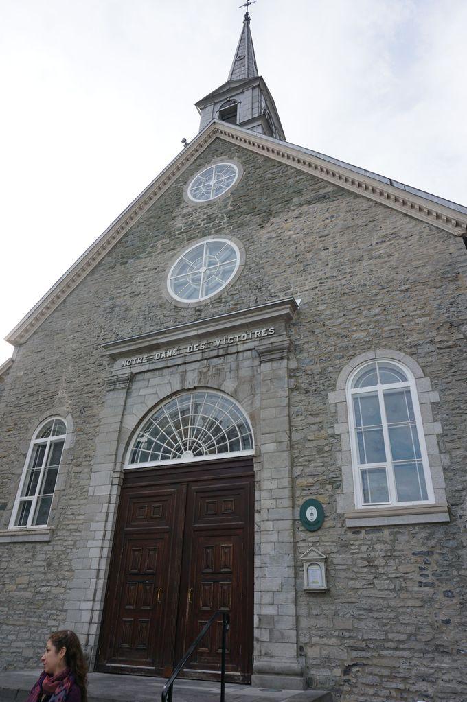 「勝利のノートルダム教会」で神聖な雰囲気を味わう