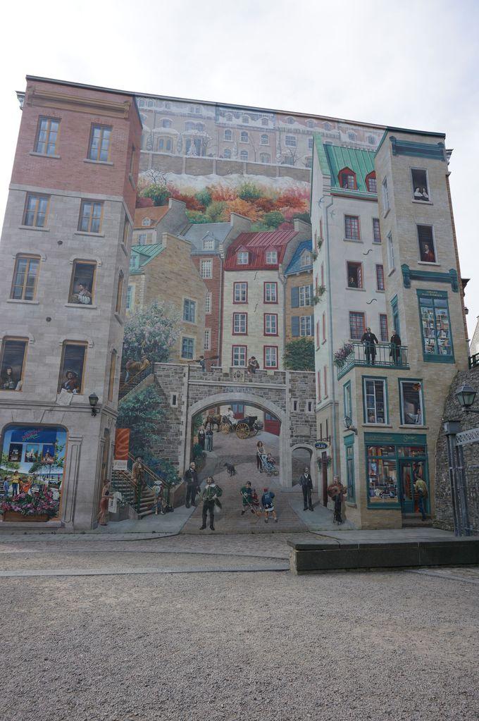 街の一角に現れる巨大壁絵とアート感を組み合わせた公園でひと休み