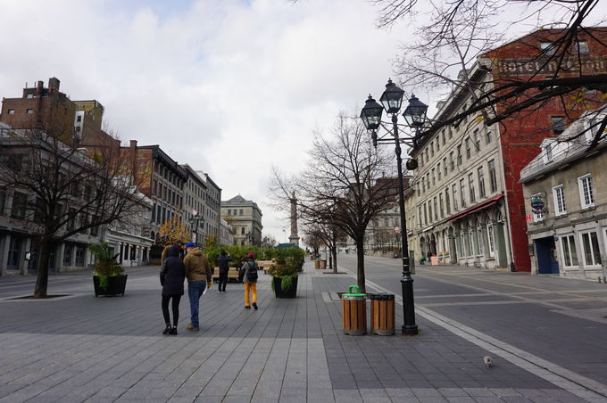 旧市街でフランス風の街並みを歩く