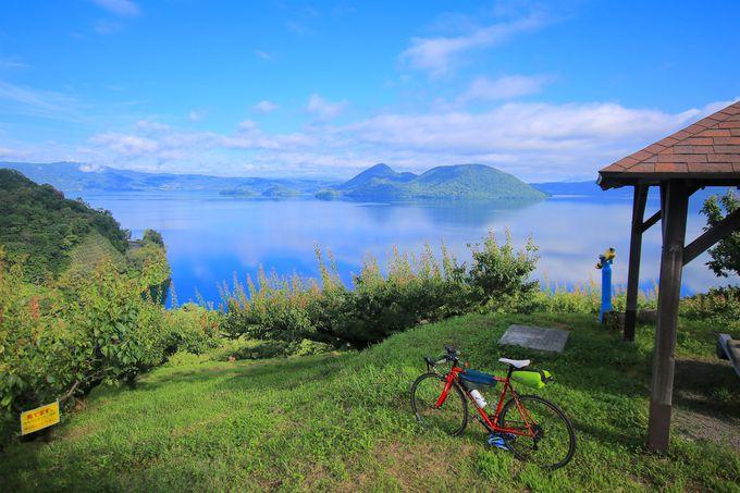まるでウユニ塩湖!?「洞爺湖」の朝は美しき水鏡の連続