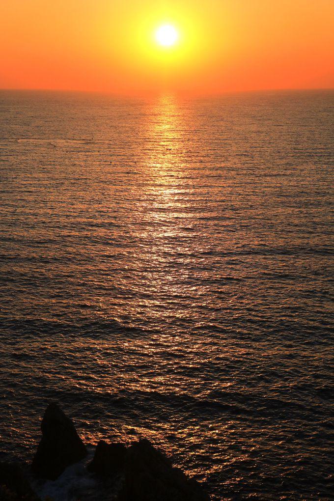 断崖の向こうに沈む感動的な夕日を眺めよう!