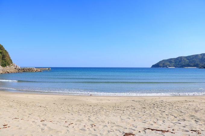 直線に広がる真っ青な水平線!美しすぎる「高井旅海水浴場」