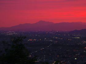 燃え盛る伊吹山のトワイライト夜景!愛知県犬山市「継鹿尾山」