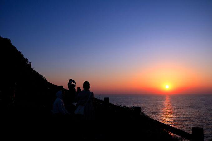 東シナ海に沈む雄大な夕日!「矢堅目展望所」で感じる非日常