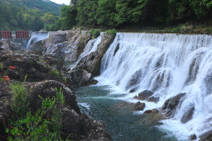 新城のナイアガラ!?「長篠堰堤」で大水量の絶景鑑賞