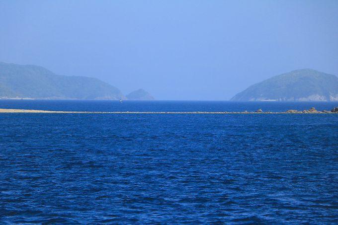 船の上から見られる!神秘の海の道「前島のトンボロ」
