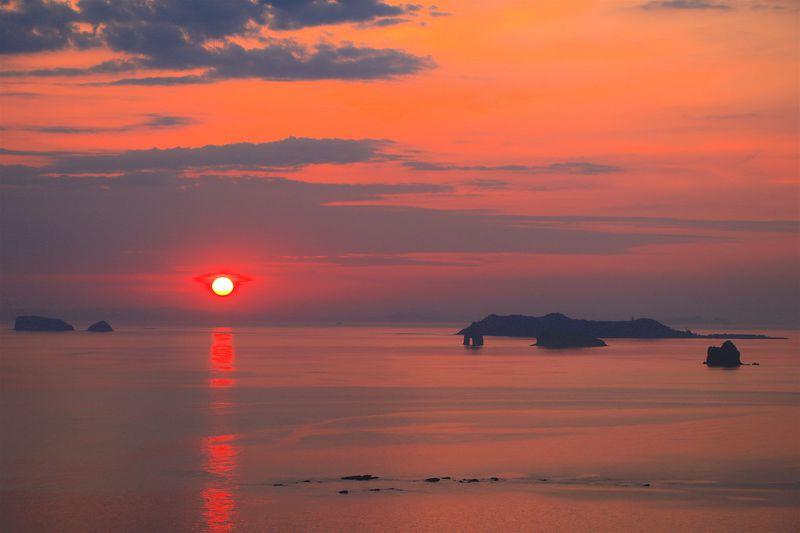 感動的なオレンジ色!角力灘に沈む圧巻の夕日