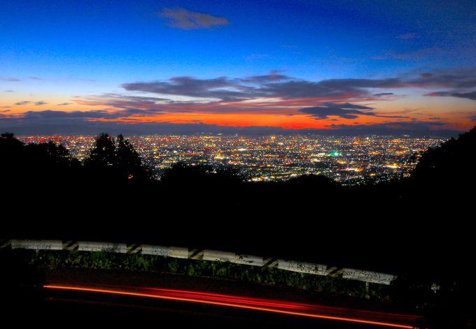 夕焼け残るトワイライト夜景が絶景!「十三峠展望台」