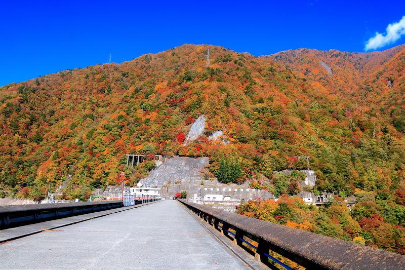 南アルプスの紅葉に抱かれる!秋の静岡「畑薙第一ダム」と赤石温泉