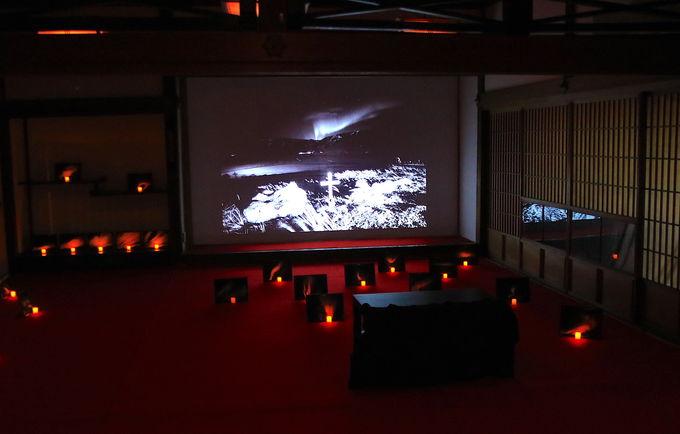 オーロラを使った壮大なインスタレーション!「光の墓」が必見