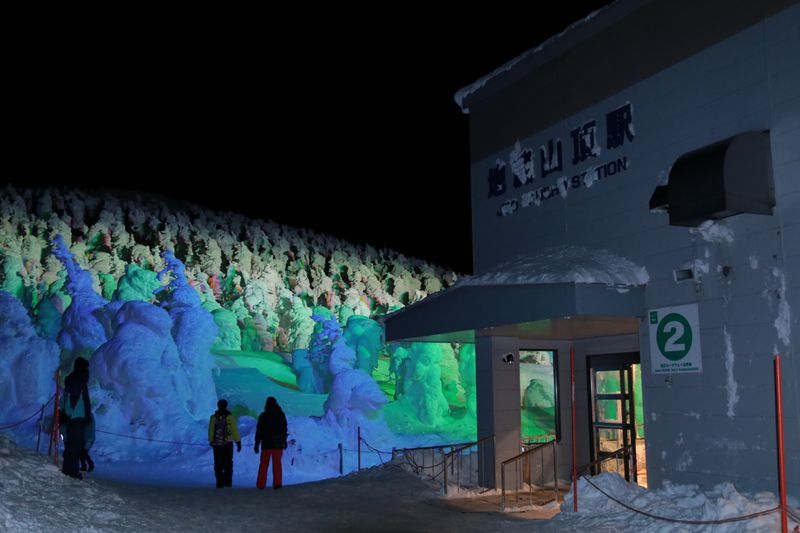 幻想的な絶景!冬の山形「蔵王の樹氷ライトアップ」を満喫しよう