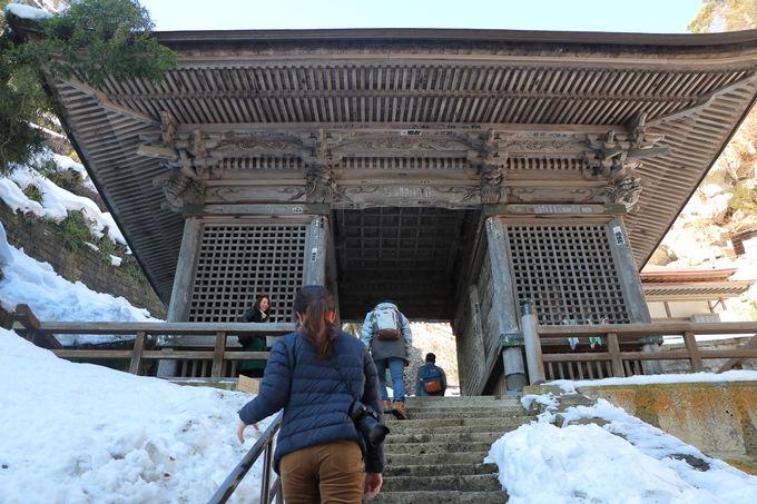 山形市街から車で30分!雪に包まれ静寂に佇む山岳寺院