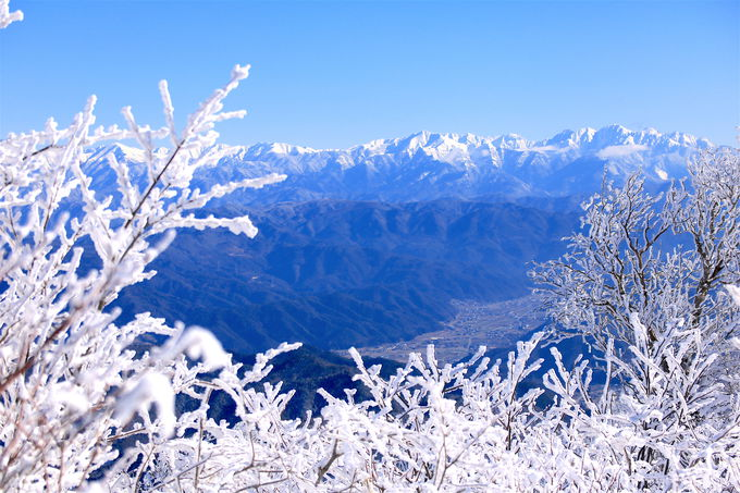 北アルプスとのコラボが絶景すぎる!「猪臥山」霧氷の稜線