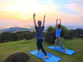 島の自然と一体に!「ネイチャーヨガ久米島」で絶景の朝ヨガ体験