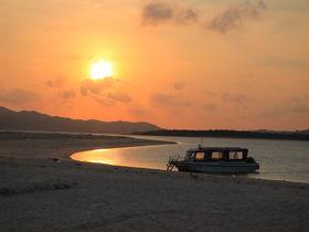 海上の浜がオレンジに染まる!久米島「ハテの浜サンセットツアー」