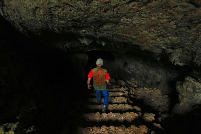 いざ洞窟の中へ!久米島のアンダーグラウンドは驚きの連続