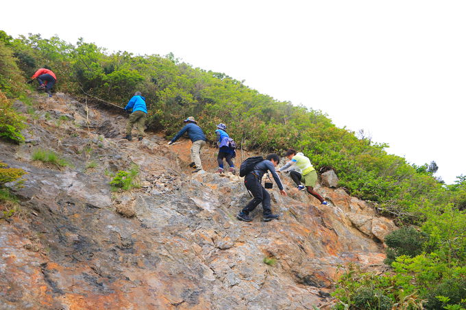 急登を越えれば山頂の大絶景!「冠山」が魅せる秘境世界