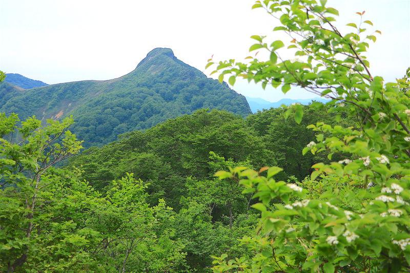 奥美濃のマッターホルン!岐阜県・孤峰の「冠山」絶景登山