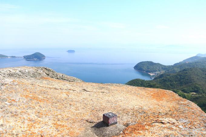 山頂付近の奇岩の先に広がる「小豆島」の絶景