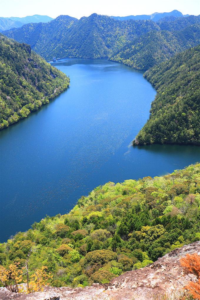 日本離れした絶景!岩峰から紺碧の「鳳来湖」を望む