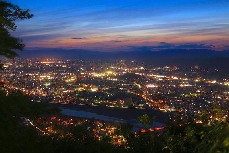 非日常の感動を!岐阜「金華山」ナイトハイキングで夜景鑑賞