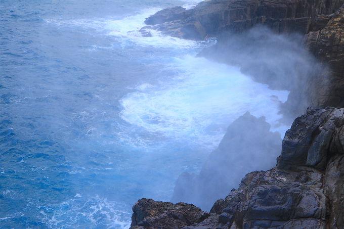 断崖の一角に!神秘のパワースポット「龍宮の潮吹」