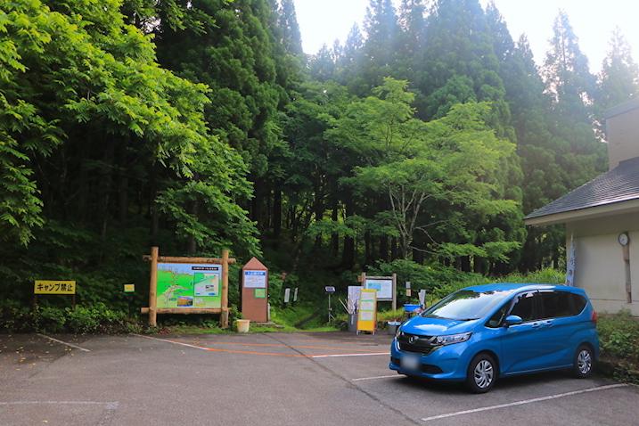 車を停めたら打波川沿いの秘境ハイキングへ!