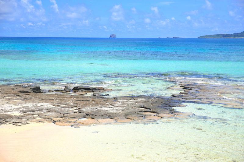 ソーダ色の海と亀の甲!久米島「畳石」は神秘の絶景スポット