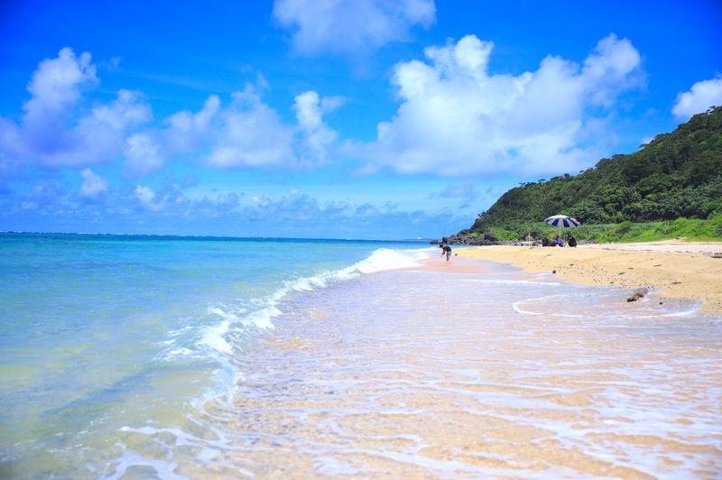 日中もサンセットも美しい!久米島の隠れビーチ「アーラ浜」