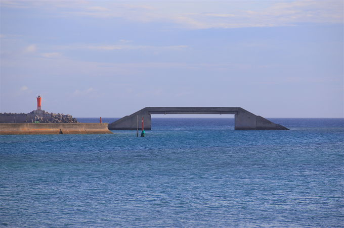 海から海?不思議な佇まいを見せる「シールガチ橋」