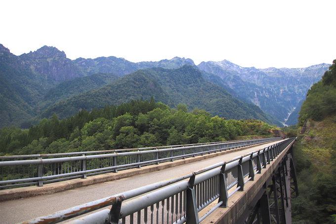 アルプスの岩壁が立ちはだかる!圧巻の「北アルプス大橋」