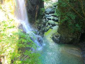 エメラルド色の渓流に癒される!岐阜の秘境「付知峡」ハイキング