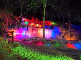 冬の高山名物が幻想的!秋神温泉の人工氷瀑「氷点下の森」
