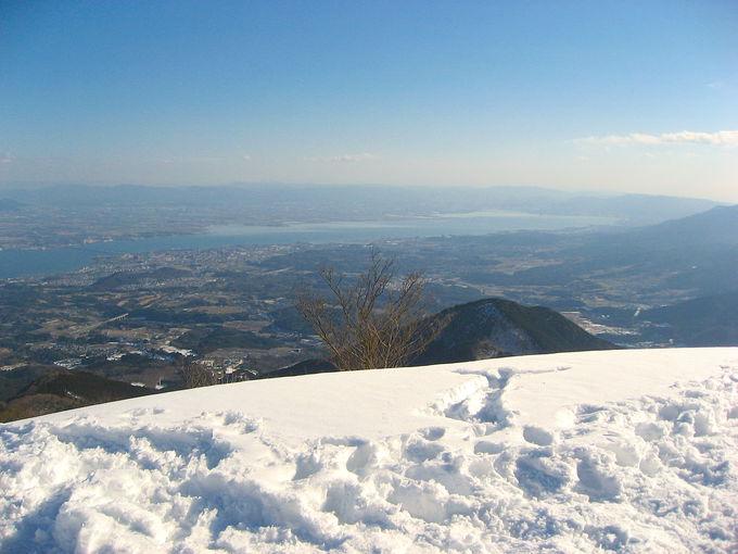 白い雪稜の先に大パノラマで広がる琵琶湖の絶景