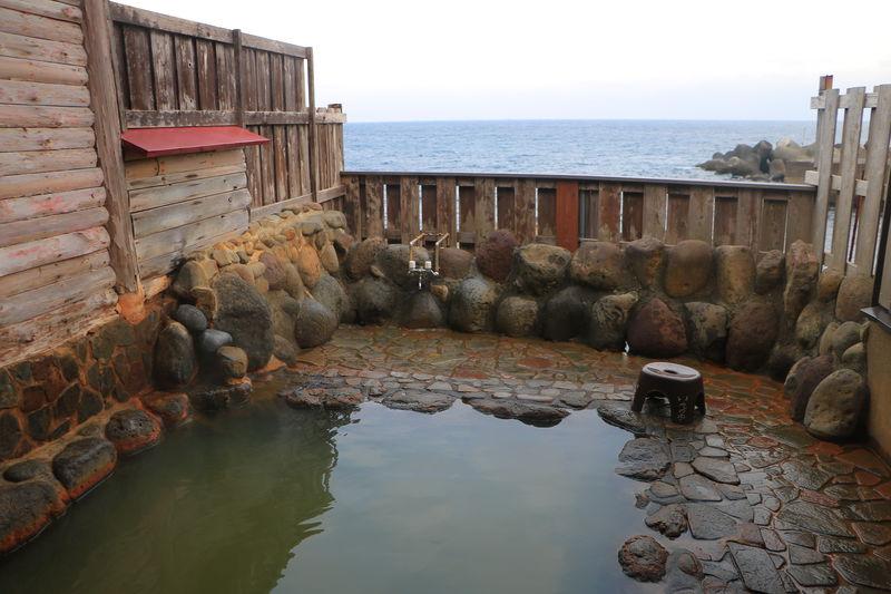 土管に潜って風呂へ行く?静岡・伊豆大川の秘湯露天「磯の湯」