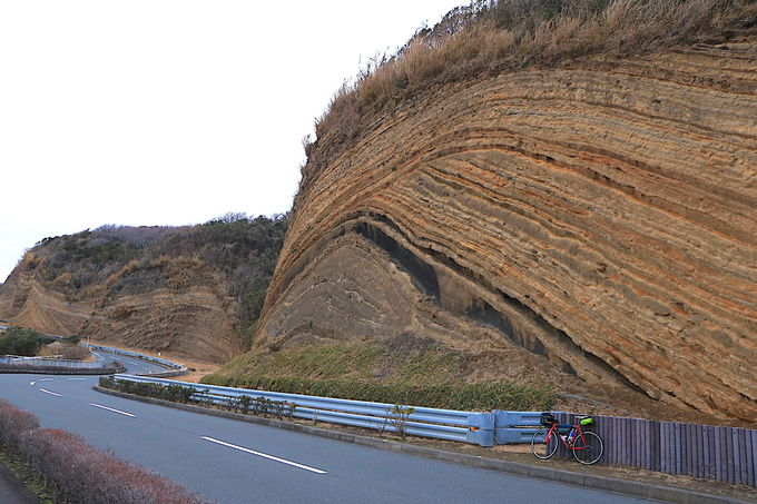 まるでバームクーヘン!?大島の絶景道「地層切断面」