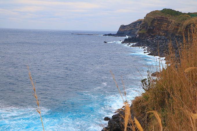 周囲の海も美しい!荒々しい入江に佇む「筆島」