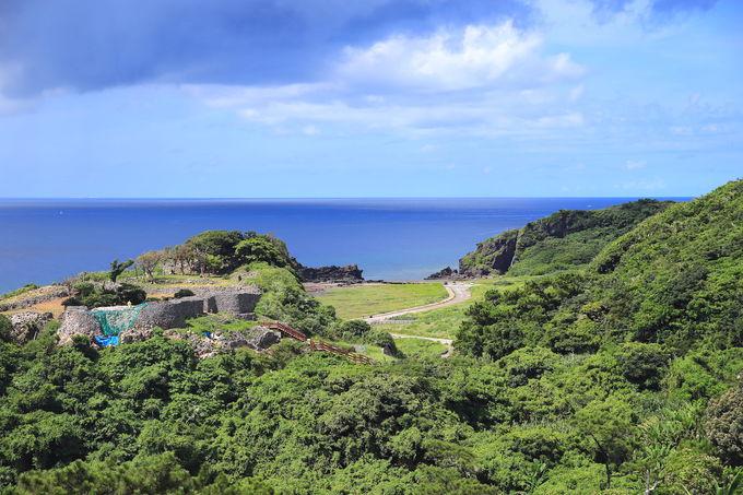 緑美しい久米島の夏。具志川城からミーフガーの滝へ散策
