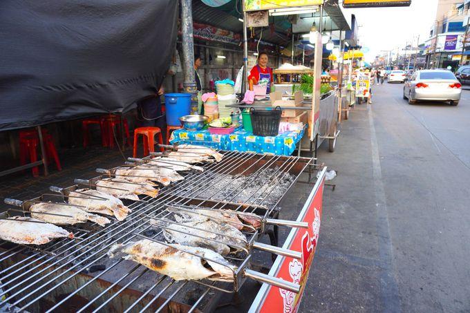 チュムポーンの夜はお得に新鮮な魚介類タイフードを屋台で