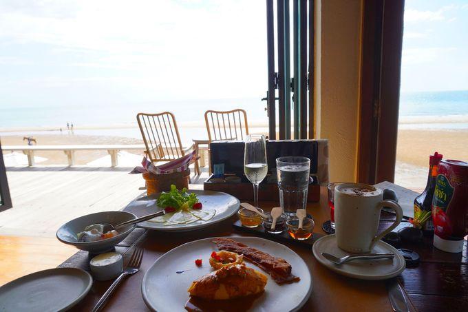 海を見ながらオーダー形式の朝食
