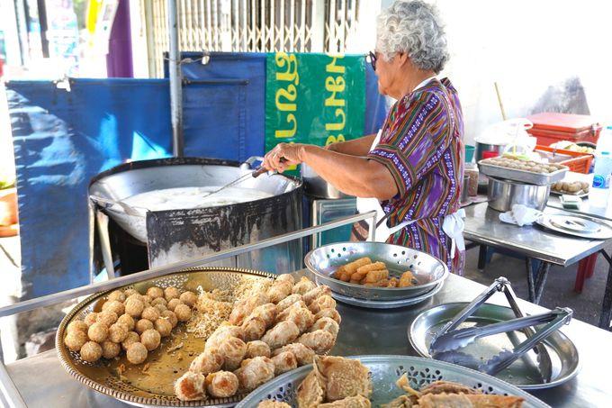 朝市場でタイらしいローカル朝食