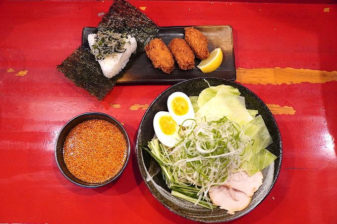 広島フードがセットで食べられる広島つけ麺「ばくだん屋」