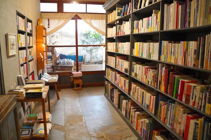 店主がセレクトした本やCDが並ぶ