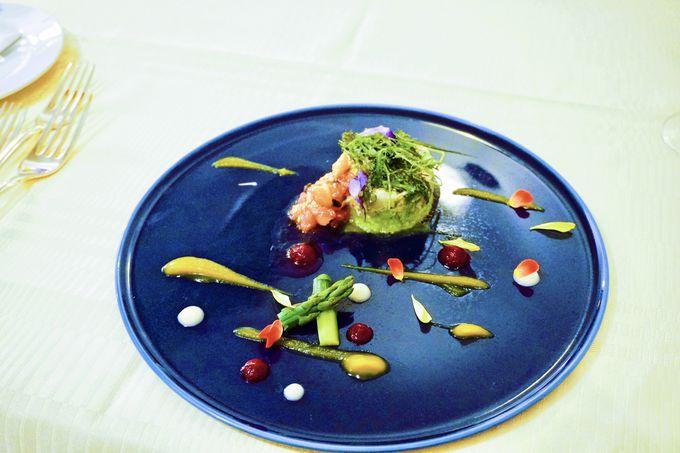 BLUE(ブルー)が感じられる美しき西洋館でコース料理を楽しむ