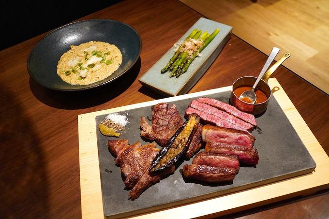 印象的なデザインのレストランで美味しいグリル料理を
