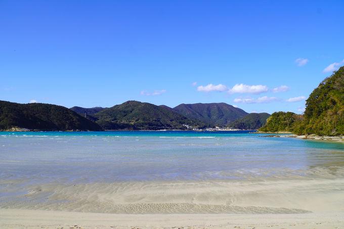 透明な美しいビーチとオシャレカフェで過ごせる「蛤浜」
