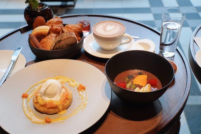 テラス席の利用も。2品選べるセレクト型の朝食